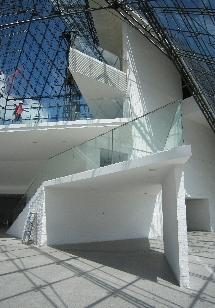 ガラスのピラミッド内観